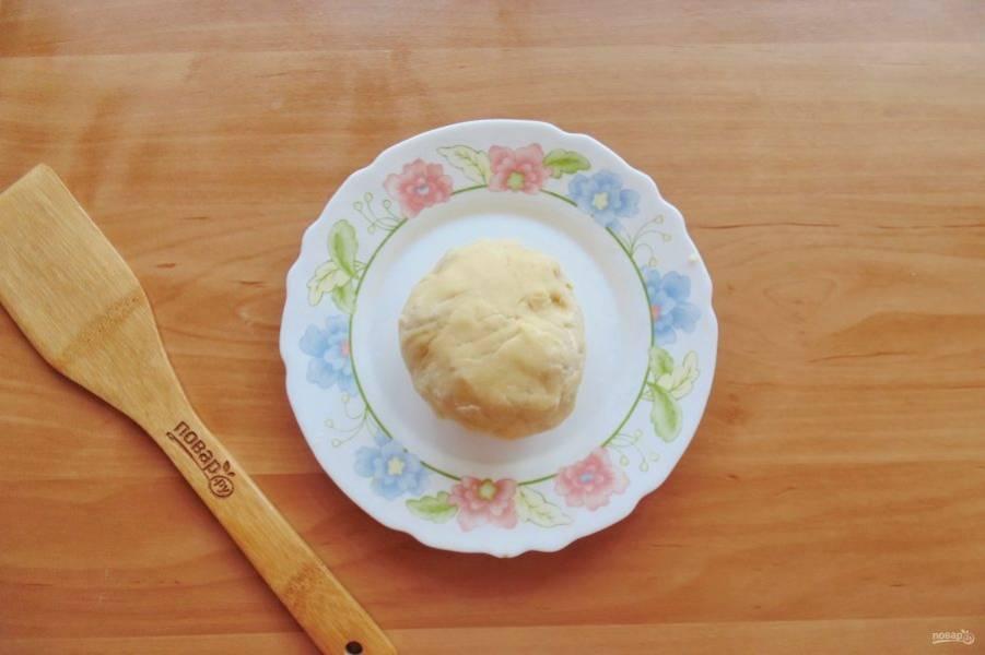 Соберите тесто в шар. Оберните пищевой пленкой и поставьте в холод на 30-40 минут.