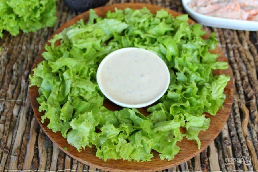 Пиалу с соусом ставим по центру блюда.