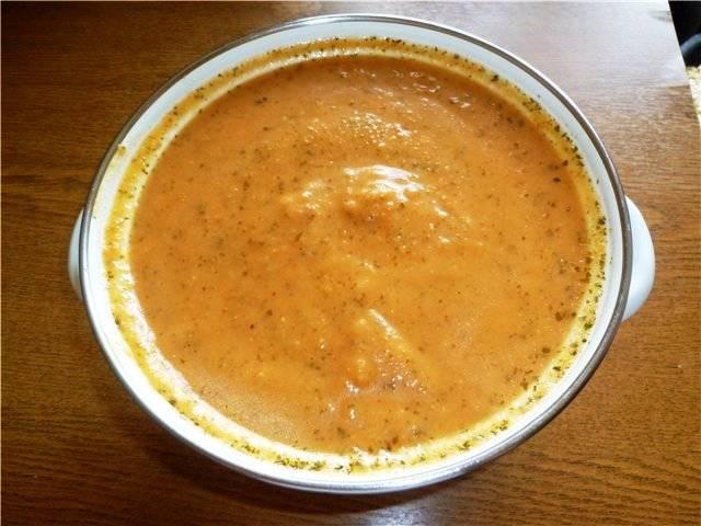 И превратите в пюре с помощью блендера. Разбавьте суп бульоном, в котором варилась говядина, до нужной густоты. При подаче добавляйте в каждую порцию кусочек говядины и несколько листиков базилика.