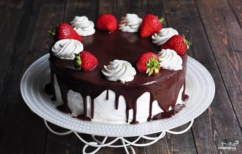Готовый шоколадный торт с заварным кремом подавайте с кофе или чаем. Приятного аппетита!