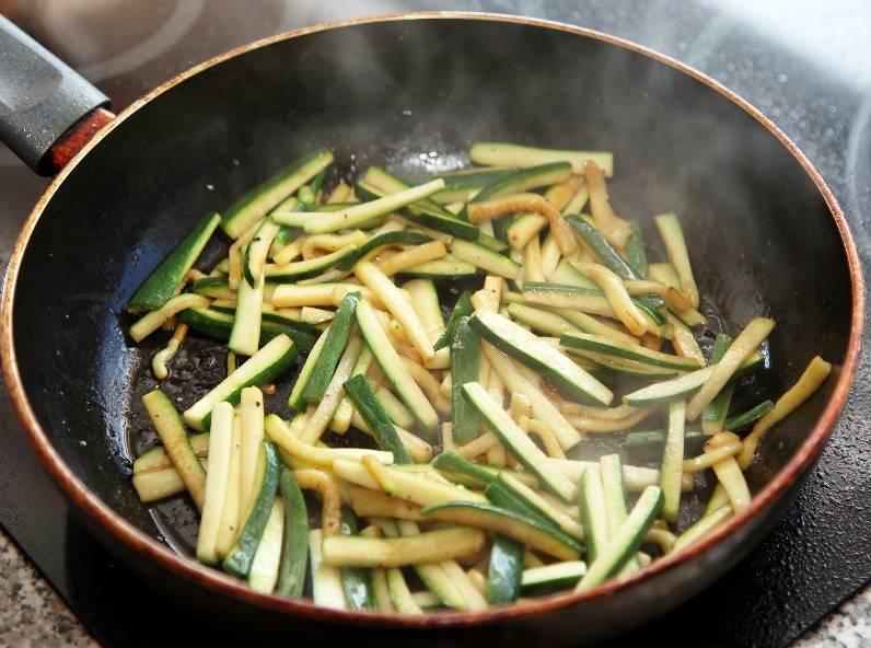Порежьте куриное мясо, затем полейте его соком половинки лимона. Порежьте и обжарьте на сковороде цуккини в течение 2-3 минут. Цуккини и остальные овощи жарьте на сильном огне, постоянно помешивая, по 2 минуты.