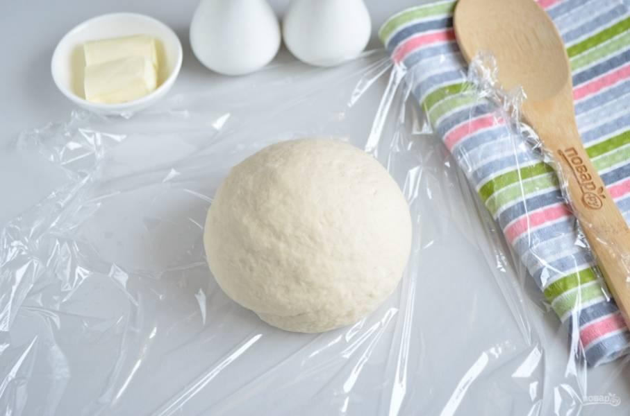 В процессе замеса всыпайте муку, тесто должно быть крутым! Заверните его в пищевую пленку и оставьте на 30 минут.