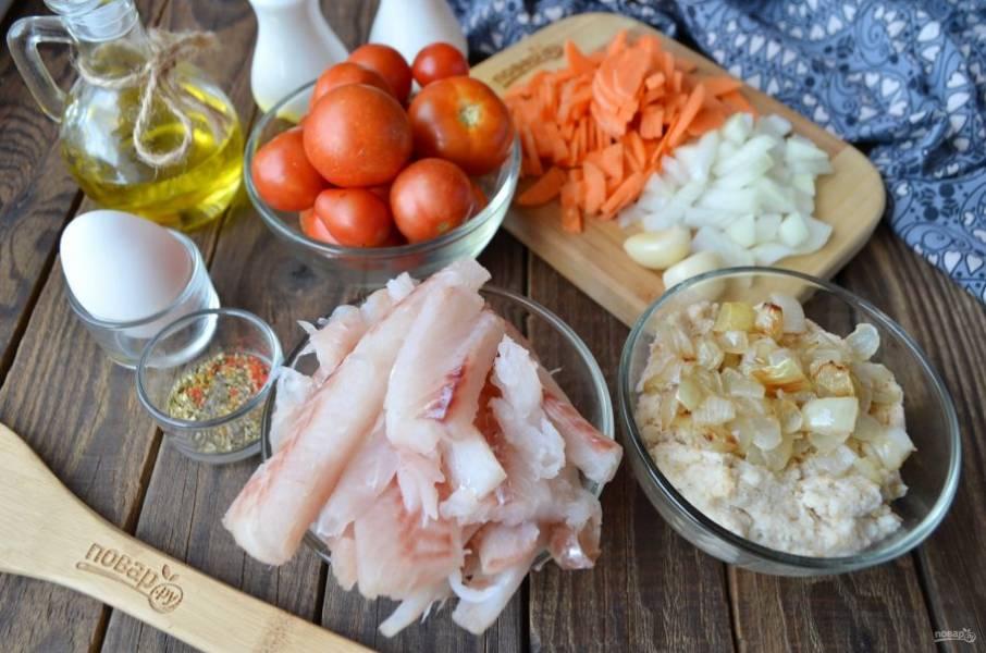 Отделите рыбное филе от кожи и костей. Лук и морковь измельчите. Булочку размочите в молоке. Часть лука обжарьте на растительном масле до готовности.