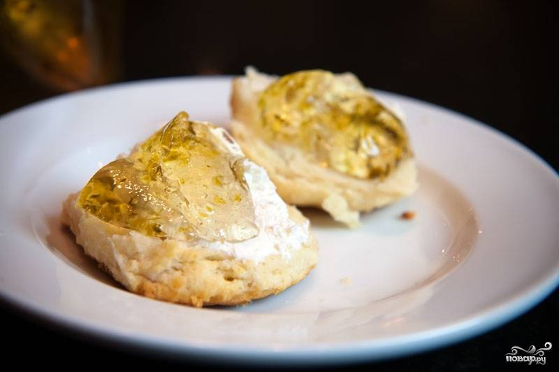 9. Желе из перцев отлично подходит для легких закусок. На крекер или гренку намажьте творожного сыра, сверху - ложку желе из перца. Красота и вкуснотища! Приятного аппетита!