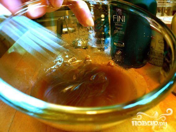 3. Смешать лимонный сок, мед, соль, перец, и когда соль растворится, добавить оливковое и обычное растительное масло.