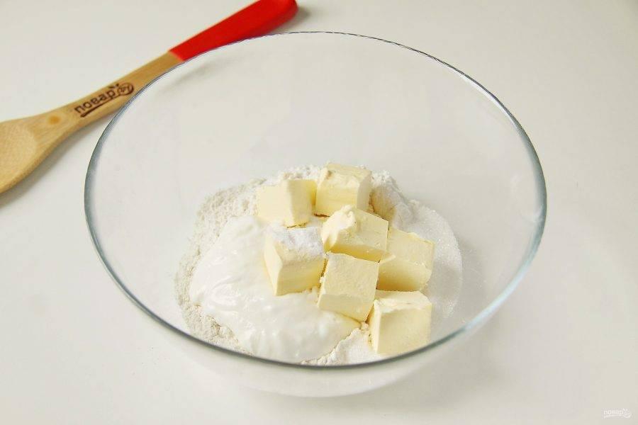 В глубокой миске соедините муку, маргарин нарезанный кубиками, сметану, соду, сахар и 0,5 ч.л. соли.