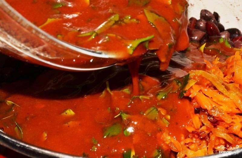 3.Заливаем полученным соусом содержимое сковороды, накрываем крышкой и тушим 7-10 минут, если нужно – подсаливаем.