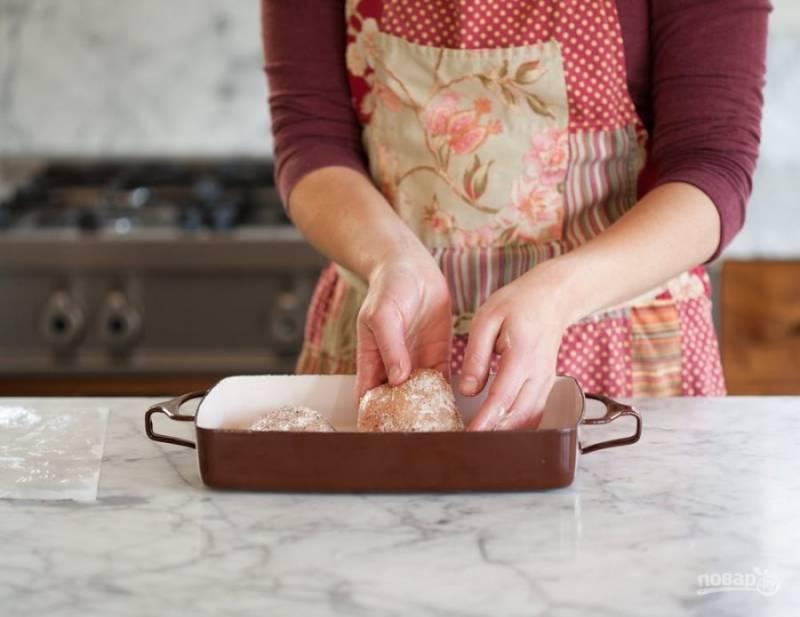 4.Уложите куриное филе в форму для запекания, которую ранее натерли сливочным маслом.