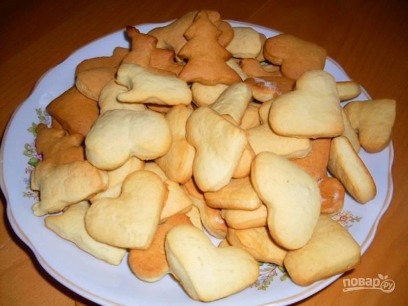 Ставьте печенье в разогретую до 200 градусов духовку на 10 минут. Как только вы увидите, что печенье стало румяным, можно доставать из духового шкафа и наслаждаться.