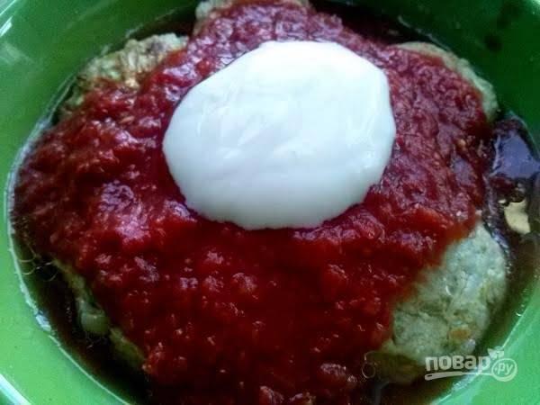 6. Обжаренные голубцы выложите в форму для запекания. Залейте смешанным соусом из томатного пюре и сметаны с солью и перцем.