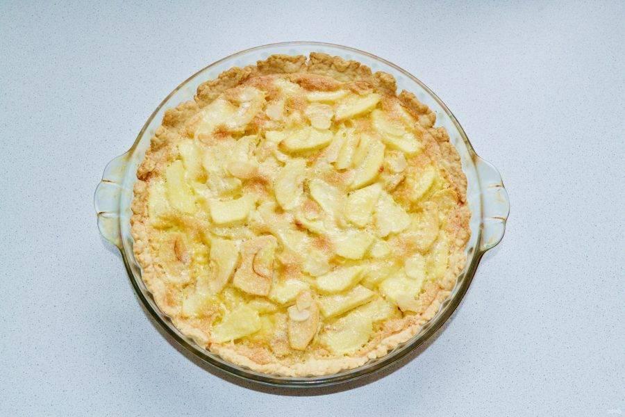 Выпекайте яблочный пирог-суфле до румяности около часа.
