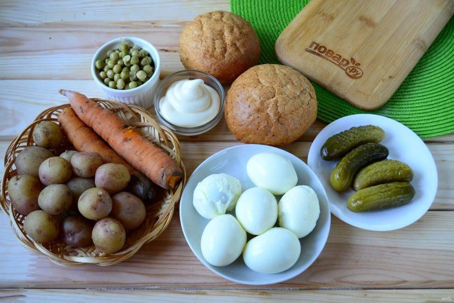 Подготовьте все необходимые ингредиенты. Картофель и морковь отварите в кожуре до готовности (воду немного присолите). Яйца отварите вкрутую (8-10 минут после закипания). Измельченную луковицу по желанию можно замариновать в смеси воды и столового уксуса (1:1).