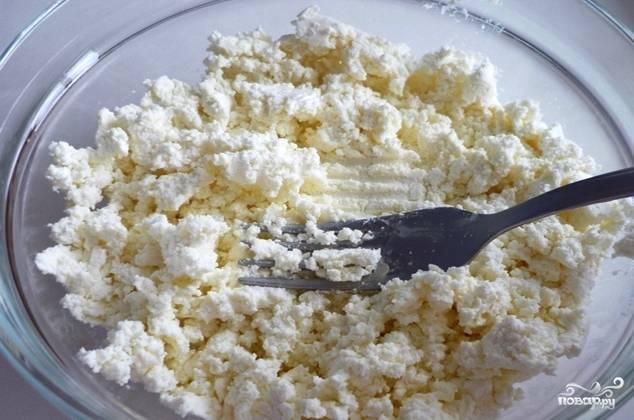 Прежде всего замочите 20 граммов желатина в 50 миллилитрах воды. Желатин оставьте на 40 минут. Тем временем творог разотрите с сахаром и сметаной. Нужно добиться нежной консистенции без комочков. Поэтому удобнее будет воспользоваться блендером.