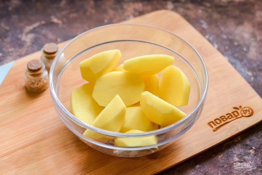 Каждую картофелину просто разрежьте пополам. Если клубни мелкие, можно запекать целиком.
