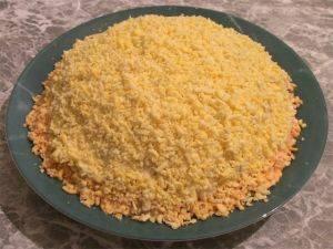 Последний слой - украшение салата натертыми желтками и зеленью. Перед подачей на стол дать настояться и пропитаться в холодном месте в течение 2 часов. Приятного аппетита!