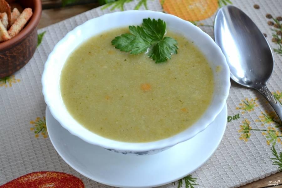 Готовый суп пюрируйте с помощью блендера. Подавайте горячим. Приятного аппетита!