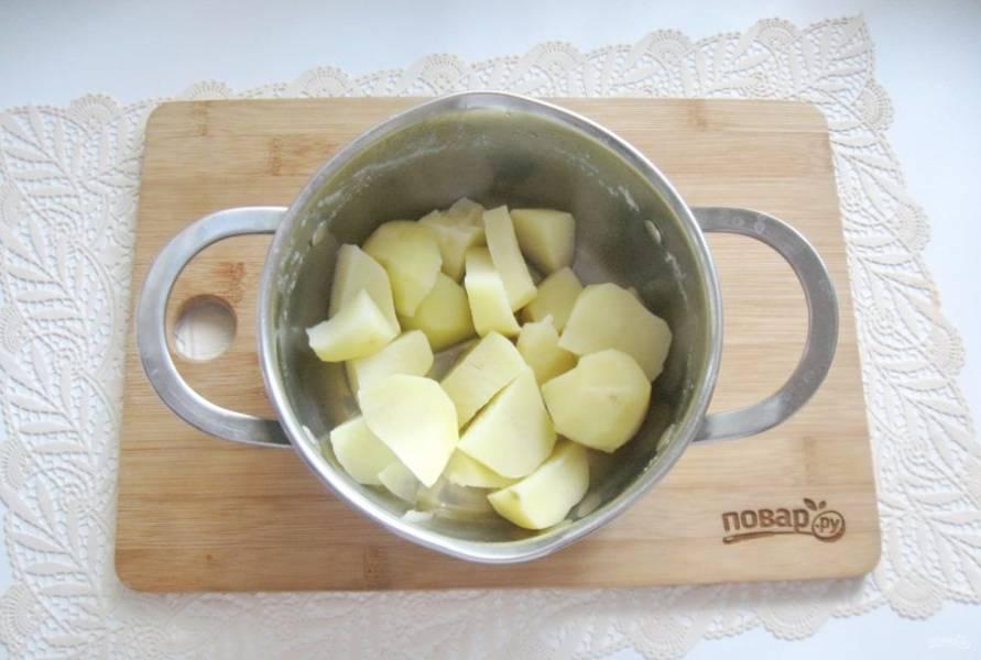 Картофель очистите, помойте и нарежьте. Выложите в кастрюлю и залейте водой. Варите картофель до готовности. После воду слейте, но оставьте 4-5 столовых ложек.