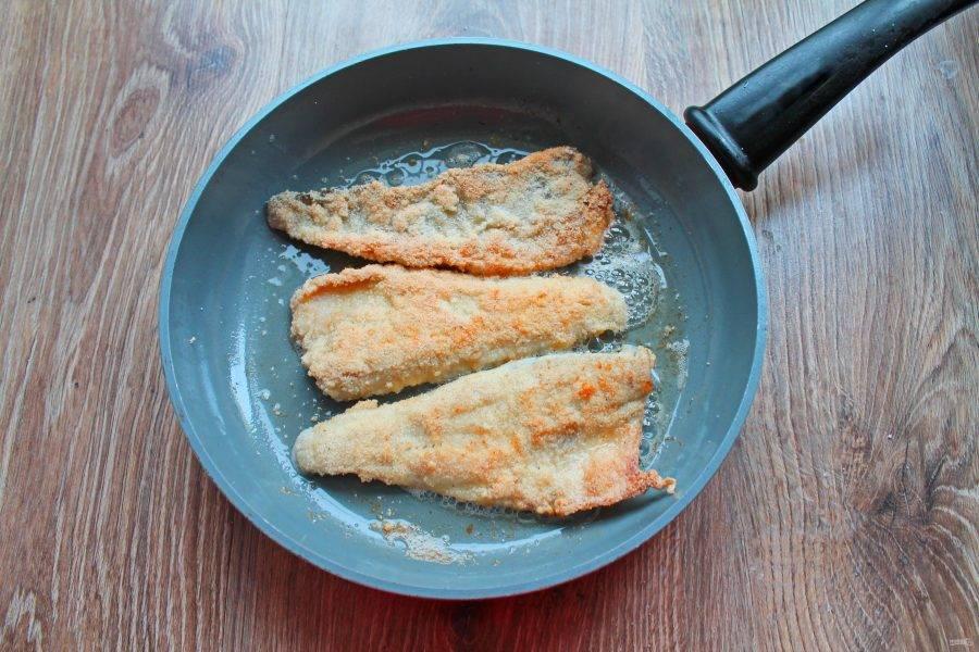 Обжаривайте рыбное филе на среднем огне в течение 3-4 минут с каждой стороны, до готовности. Время зависит от толщины филе. Снимите со сковороды и сразу подавайте к столу.