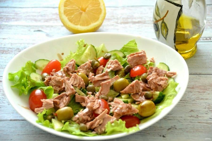 Сверху выложите каперсы, слегка сбрызните лимонным соком, полейте оливковым маслом и бальзамическим соусом. Салат готов. Приятного аппетита!