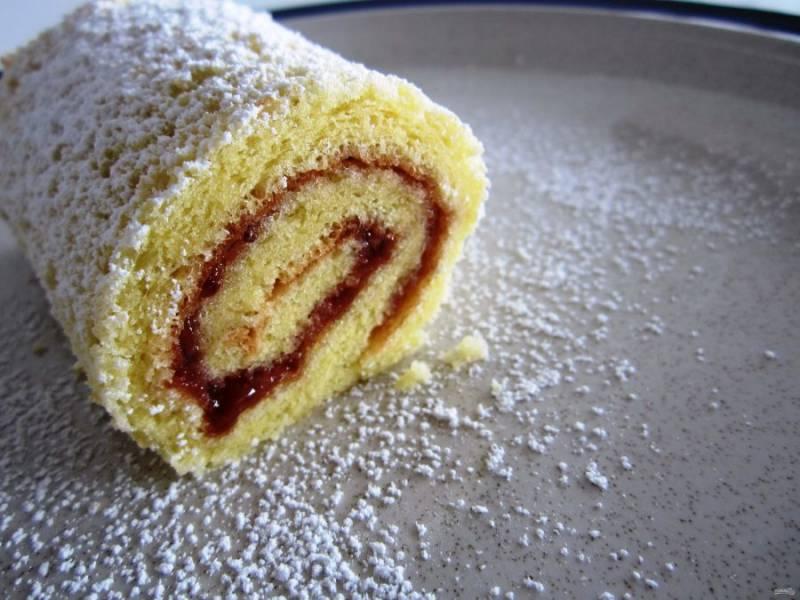 Обсыпьте пирожное сахарной пудрой, полейте взбитыми с сахаром сливками, а сверху украсьте ягодой клубники.