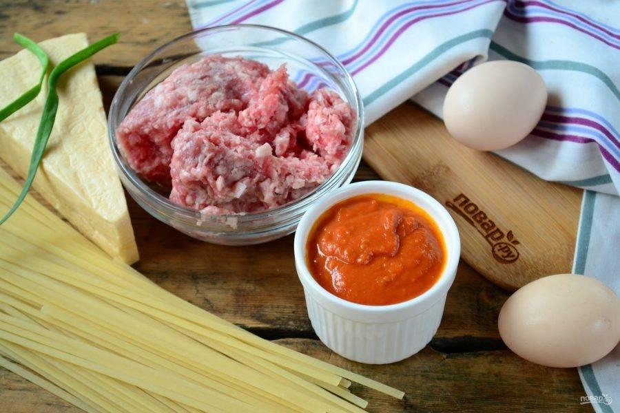 Подготовьте все ингредиенты. Томатный соус у меня был готовый, но я расскажу, как его сделать. В глубокой сковороде пассеруете порезанный кубиками лук и чеснок, пока они не станут мягкими. Затем добавляете томатный сок или томатную пасту, разбавленную водой или бульоном. Тушите 10 минут до испарения жидкости, затем пюрируете блендером до однородного состояния. Вот и все, соус готов, он идеально подойдет к пасте.