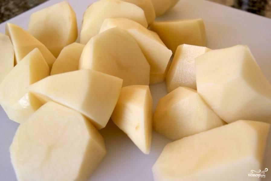 Картофель необходимо очистить и отварить до готовности.