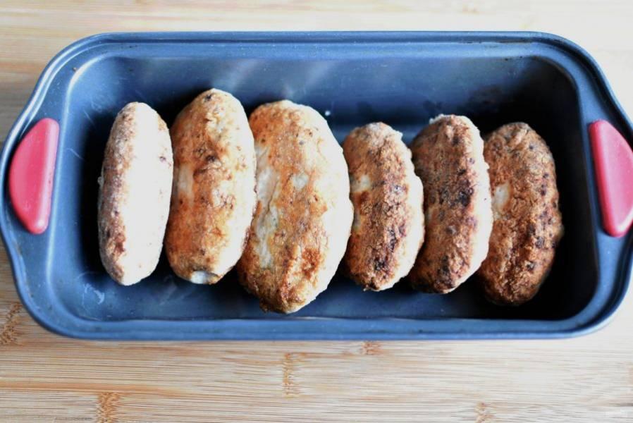 Зразы обжарьте на сковороде до золотистой корочки и поставьте в разогретую до 180 градусов духовку минут на 10, чтобы полностью пропечь куриное мясо.