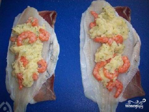 4.На филе аккуратно разложите фарш из картофельного пюре, крабов и специй.