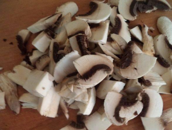 Порежьте грибы.