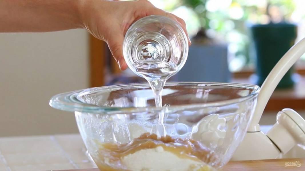 2. Затем к ним добавьте сахар, воду, уксус и пюре.