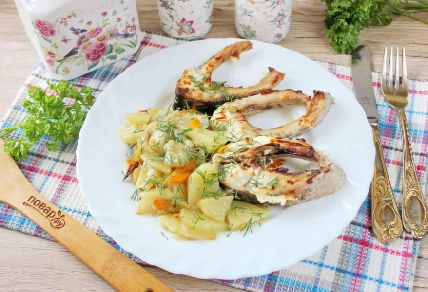 Вкусный, ароматный карп запечённый с овощами в сметане готов. Подавайте к столу.
