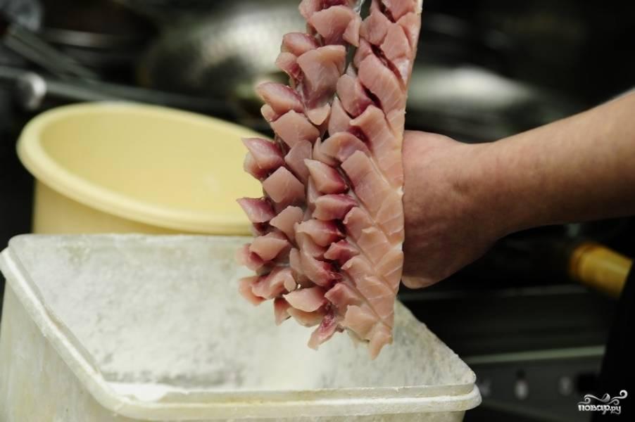 2. Очистите рыбу, промыв филе под проточной водой. Нарежьте его острым ножом не до конца, а так, чтобы получились вот такие кубики.