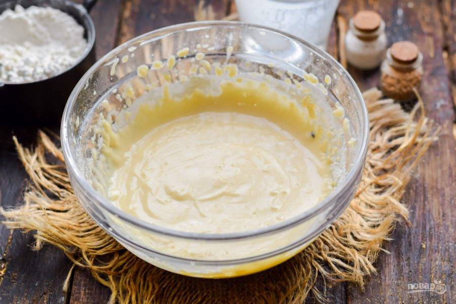 Замесите тесто, после подлейте горячую воду, перемешайте все до однородности, оставьте на 15 минут.