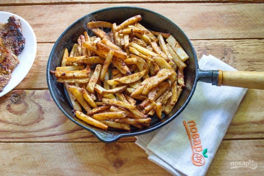 Дайте обжаренному мясу полежать 10 минут. Обжаренный картофель переложите в сковороду или в форму для запекания. У меня сковорода со съемной ручной. Очень удобно.