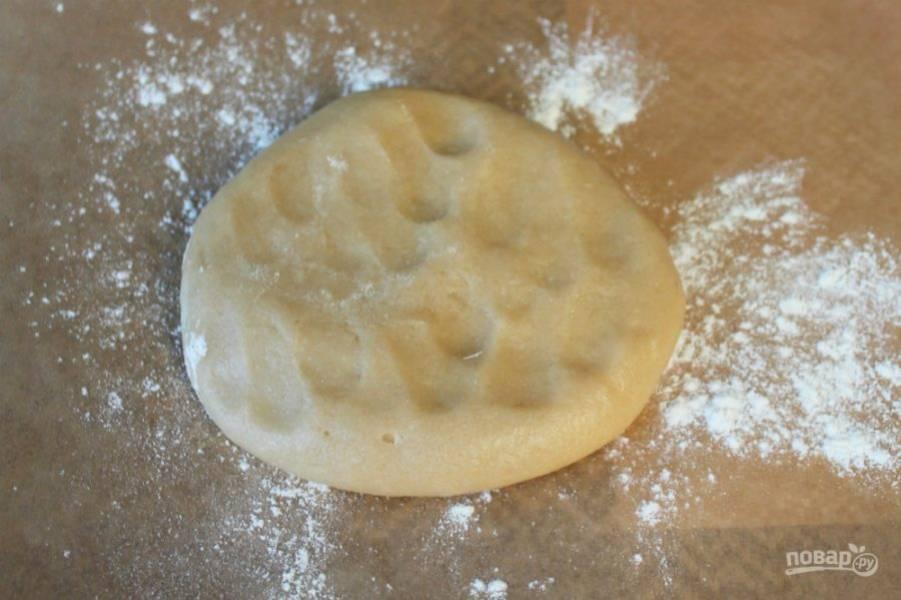Небольшими порциями подсыпаем муку и замешиваем мягкое и эластичное тесто.