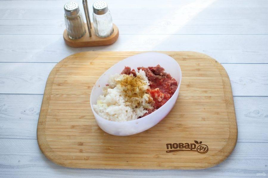 Лук измельчите, обжарьте на разогретом растительном масле до мягкости, остудите. Соедините в миске фарш, рис, лук, уцхо-сунели, соль, перец молотый, томатный сок. Перемешайте.
