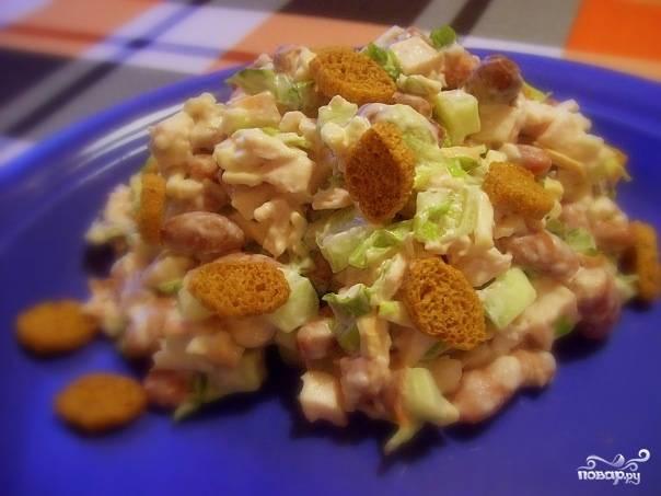 Выложить в салатник с куриным мясом фасоль и салат, полить заправкой и аккуратно перемешать. Охладить. Перед подачей на стол посыпать ржаными сухариками.