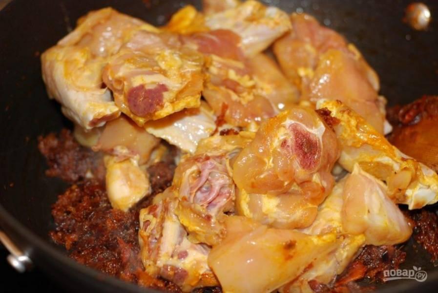 4. Замаринованого цыпленка смешайте с тушеными овощами. Добавьте сметану и воду, чтобы она покрыла мясо. Тушите на среднем огне 25-30 минут.