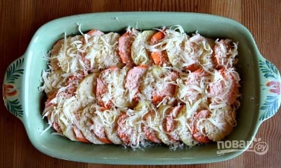 2. Присыпьте горстью тертого сыра, затем выложите следующий слой овощей.