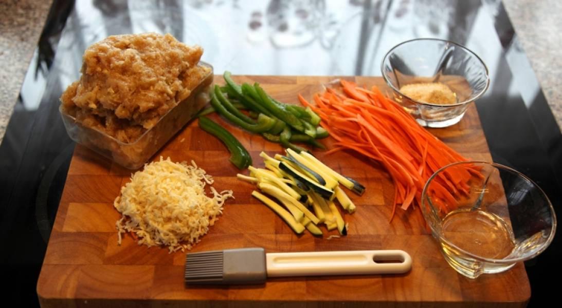 Подготовьте ингредиенты. Из курицы делаем фарш. Морковь и цукини режем соломкой, сельдерей трем на терке, у меня еще завалялся зеленый перец - тоже порезала.
