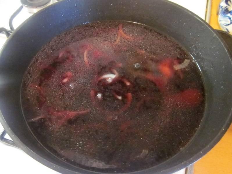 Заливаем лук красным вином и продолжаем нагревать сковороду на среднем огне, пока вино не выпарится на половину.