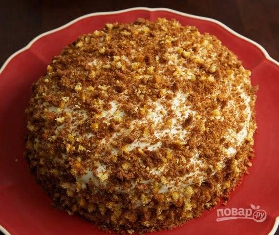 Из остатков коржа сделайте крошку и украсьте торт. Дайте ему настоятся несколько часов и наслаждайтесь десертом. Приятного аппетита!