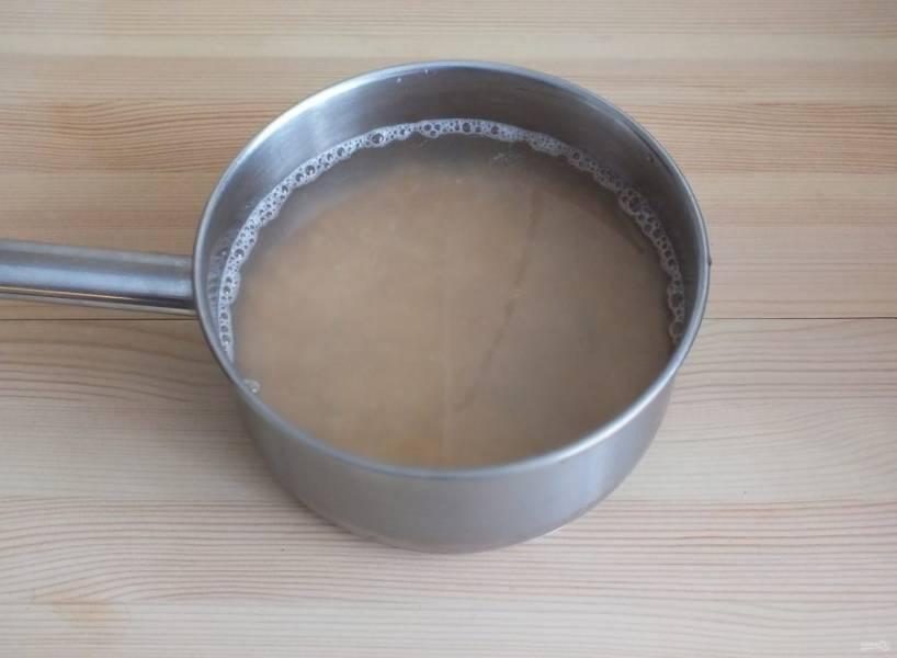 Пока варится бульон, промойте горох. Залейте водой на две фаланги выше уровня гороха и поставьте на средний огонь.