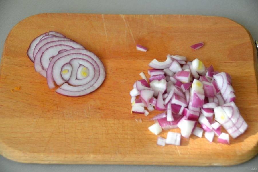 Часть луковицы порежьте тонкими кольцами, часть порежьте мелко.