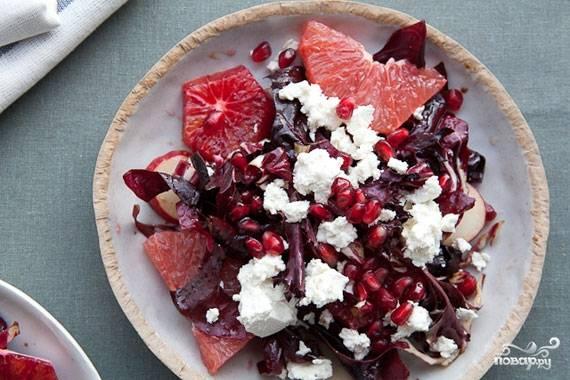4. Для заправки смешаем масло, уксус, соль и сушеный лук. Сбрызгиваем этим соусом салат - и подаем к столу!