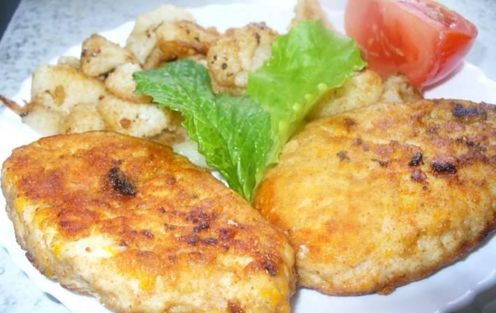 Подавать готовые куриные котлеты с тыквой можете с овощами и легким гарниром. Приятного аппетита!