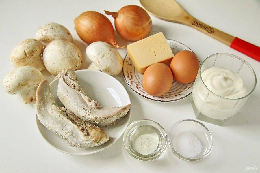 Подготовьте все ингредиенты. Язык заранее отварите до готовности. Яйца отварите вкрутую и дайте остыть.