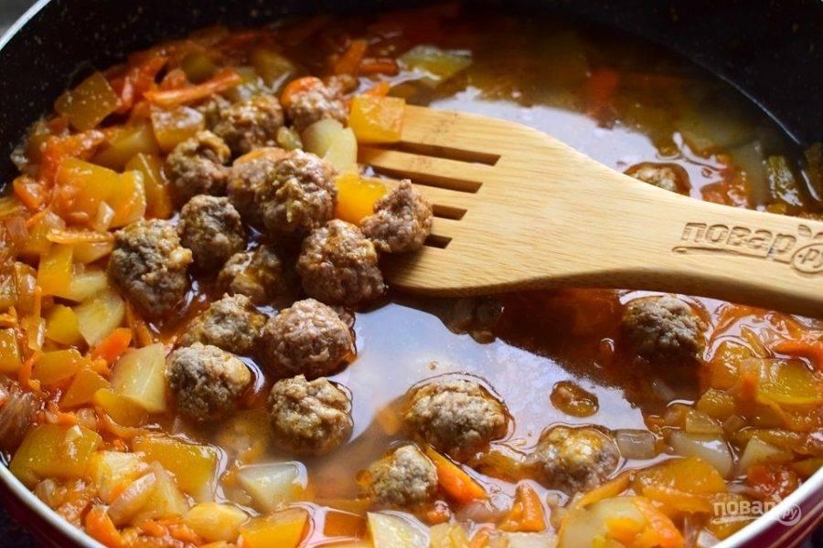 Влейте горячую воду или (если у вас есть) бульон, добавьте фрикадельки, накройте крышкой, готовьте на медленном огне в течение 7 минут.