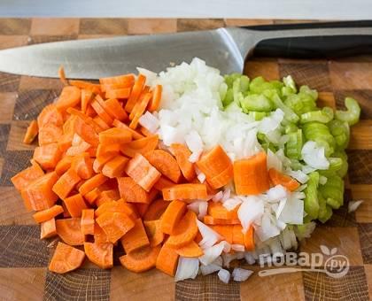 Вымойте морковь и сельдерей. Лук очистите от шелухи и нарубите как можно мельче. Морковь и сельдерей нарежьте полукольцами или тоненькой соломкой.