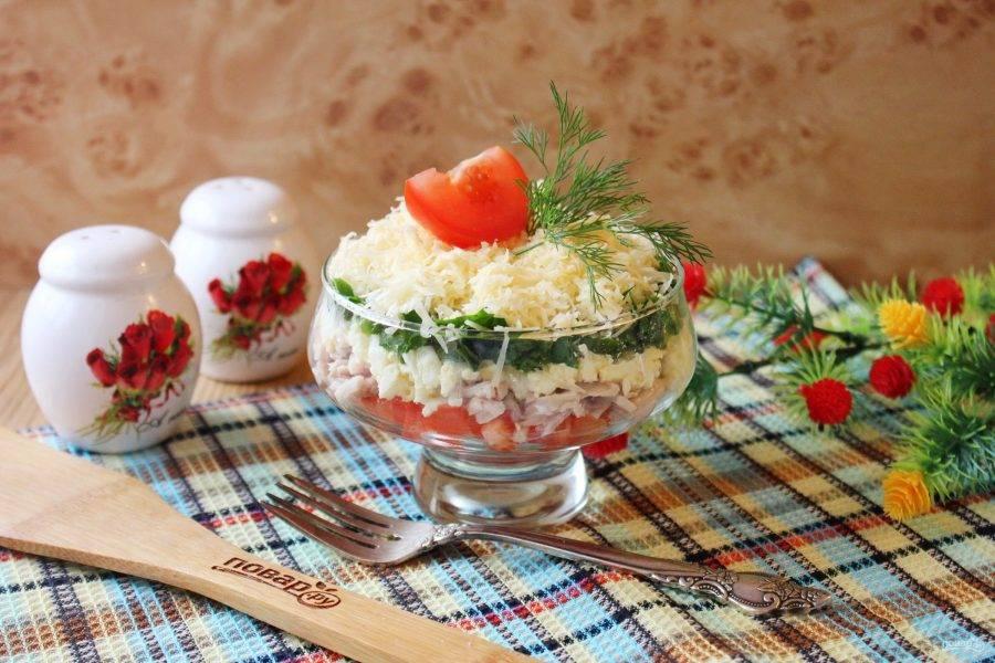 Украсьте салат по вкусу и подавайте к столу.